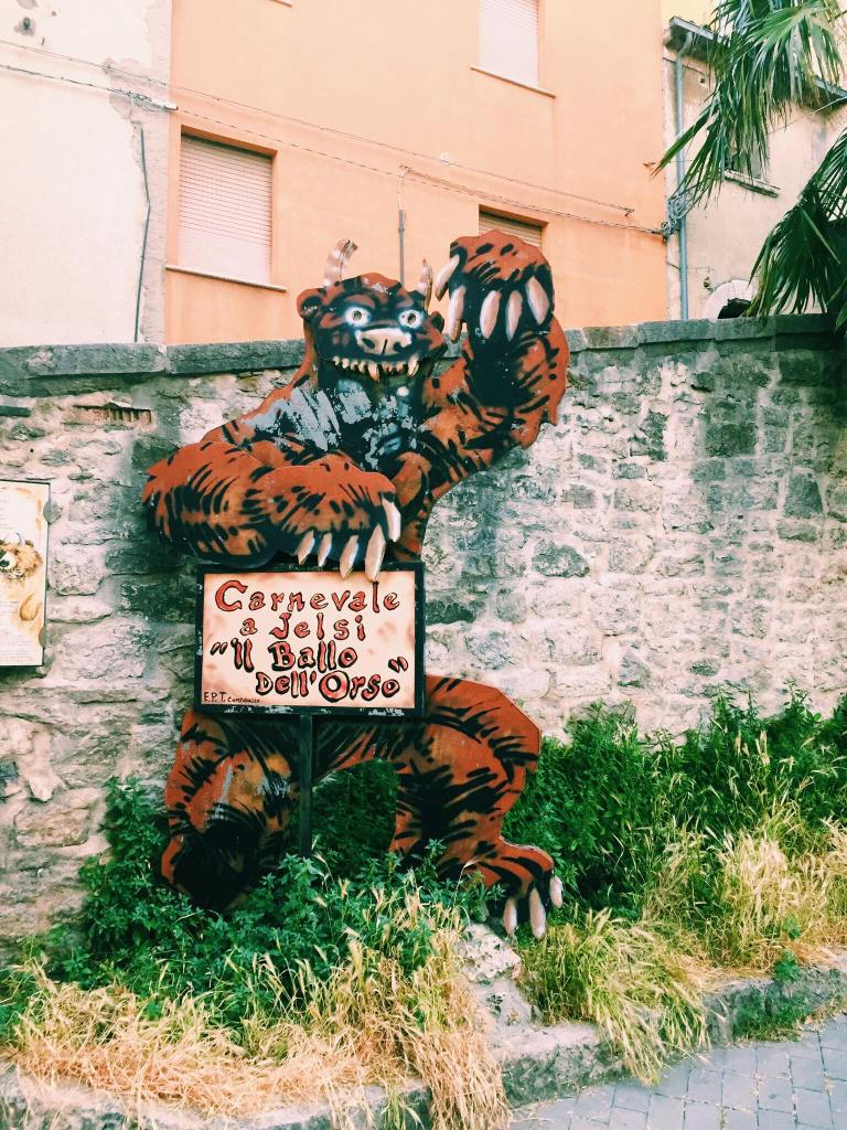 Bear cutout holding a sign saying 'Carnevale a Jelsi il ball dell'orso'