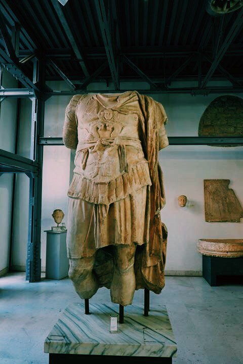 Marble statue in the Museo del Sannio, The statue is missing its head, arms and calves.